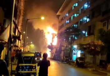 भाईंदर पूर्वेकडील नवघररोडवर ओमसाई गेस्ट हाऊसमध्ये लागली भीषण आग! अग्निशमन दलाने प्रसंगावधान राखून आटोक्यात आणली आग