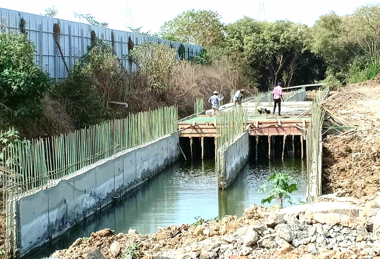 समुद्राच्या भरतीचे पाणी वाहून नेणाऱ्या नैसर्गिक खाड्यांना नाले ठरवून बांधकाम करण्याचा महापालिका अधिकाऱ्यांचा आणखीन एक नवा प्रताप.