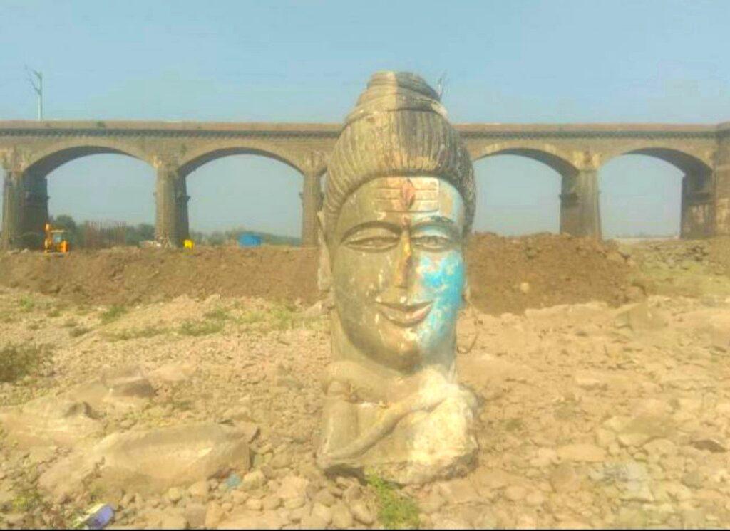 पुण्याच्या भीमा नदीच्या पात्रात सापडली पाच फूट उंचीची १ टन वजनाची पुरातन मूर्ती
