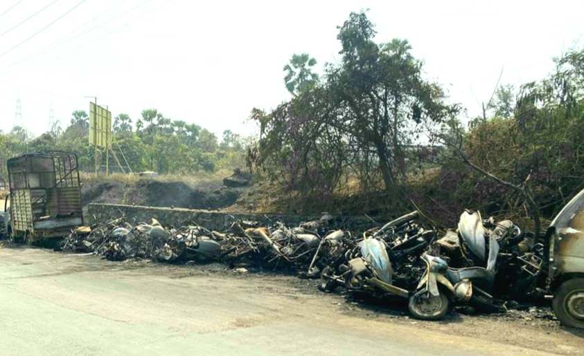 वाळीव पोलीस ठाण्यासमोर उभ्या असलेल्या वाहनांना भीषण आग 30 पेक्षा जास्त वाहने जाळून राख!